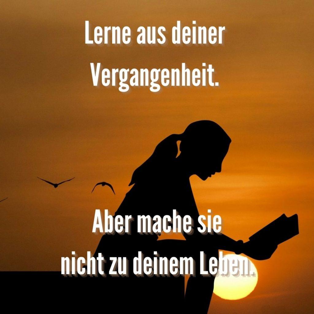 Lerne aus deiner Vergangenheit. Aber mache sie nicht zu deinem Leben. Quelle: healthyfeelings.de, erstellt mit canva.com