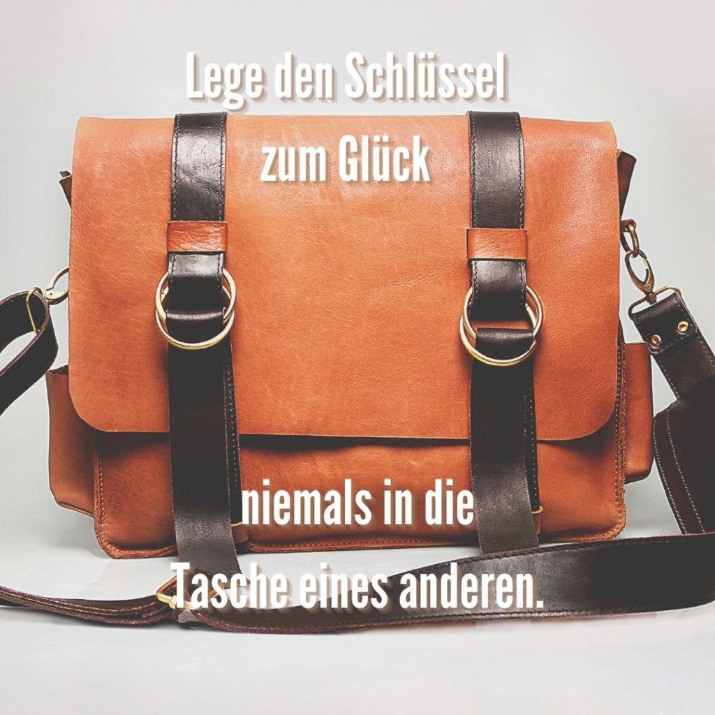Lege den Schlüssel zum Glück niemals in die Tasche eines anderen. Quelle: healthyfeelings.de, erstellt mit canva.com