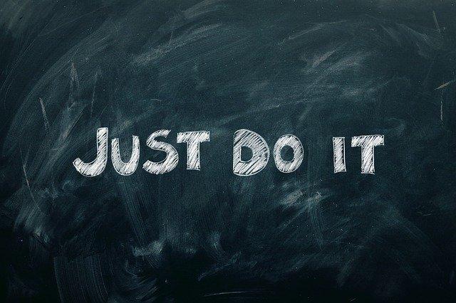 Tafel mit Text just do it. Bild von Gerd Altmann auf Pixabay