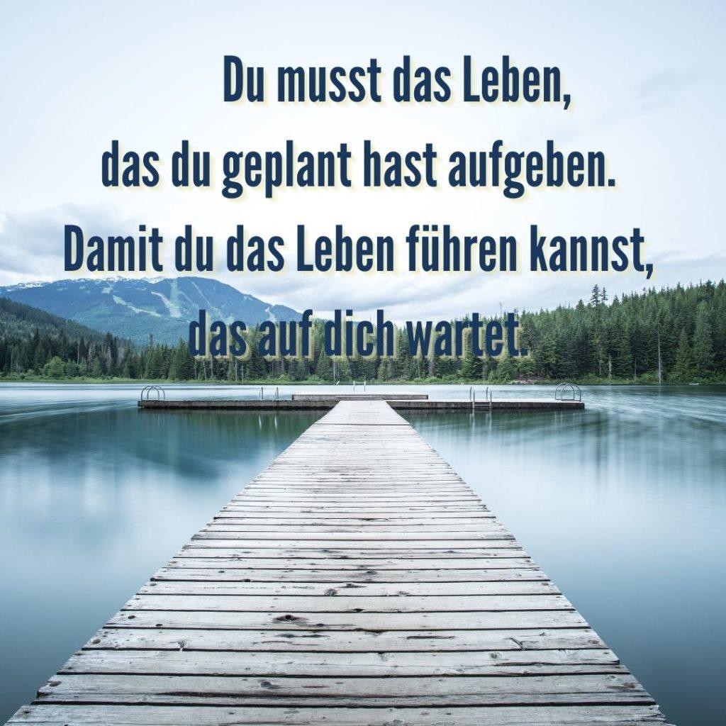 Du musst das Leben, das du geplant hast aufgeben. Damit du das Leben führen kannst, das auf dich wartet. Quelle: healthyfeelings.de, erstellt mit canva.com
