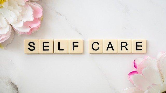 Self care. Bild mit Scrabblebuchstaben.  Quelle: Tiny Tribes auf Pixabay