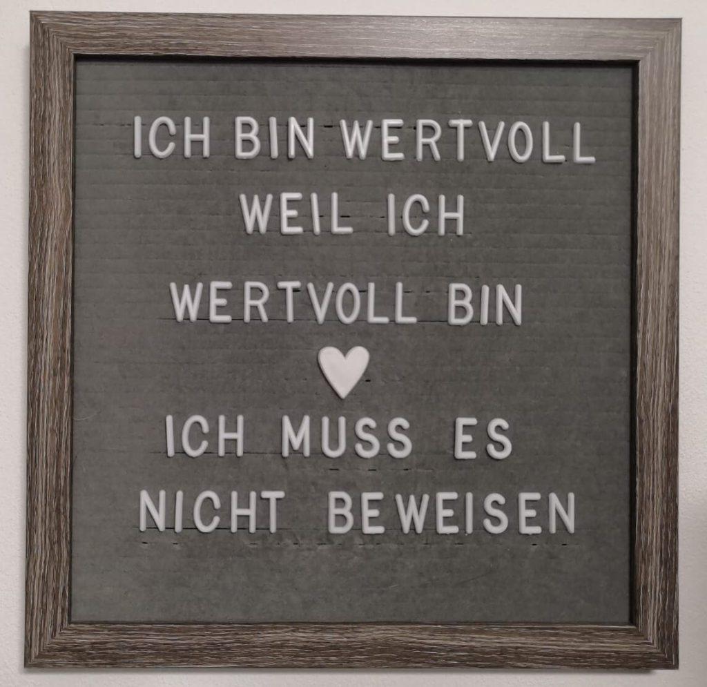 Ich bin wertvoll, weil ich wertvoll bin. Ich muss es nicht beweisen.   Letter board Spruch  Quelle. healthyfeelings.de