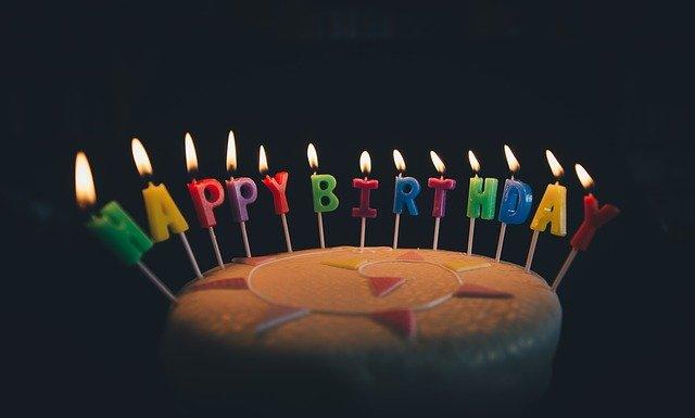 Geburstagskuchen mit Happy Birthday Bildquelle: Pexels auf Pixabay