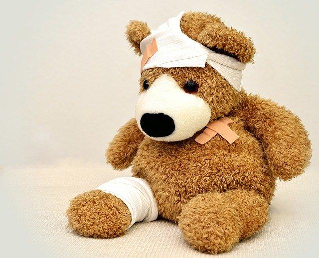 Teddybär mit Pflastern. Bild von congerdesign auf Pixabay